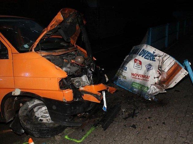 U železničního viaduktu v Hodoníně narazila dodávka do zábradlí. Řidič byl opilý.