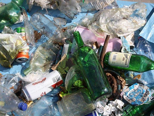 Už osm let chodí Miloslav Belka do Hodonínské doubravy a snaží se ji zbavit odpadků. Toto se mu podařilo nasbírat při jedné z jeho vycházek.