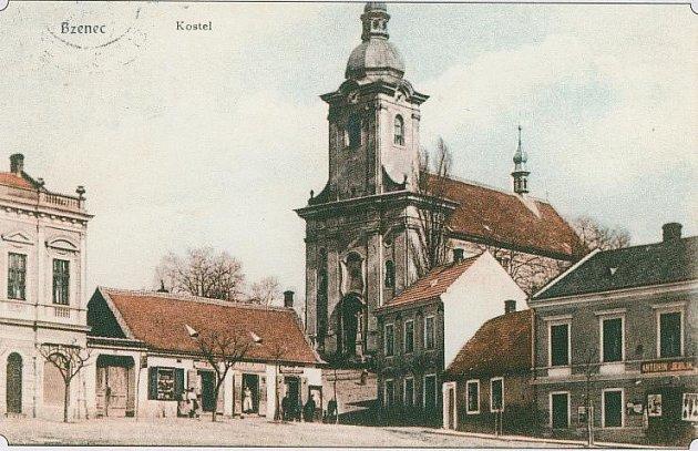 Pohlednice z roku 1910, která znázorńuje, jak tehdy vypadal kostel ve Bzenci.