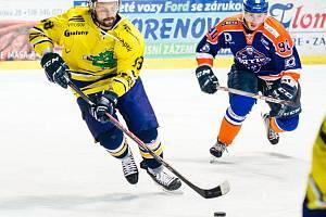 Hokejisté Hodonína (modrooranžové dresy).