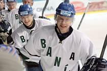 Hodonínští hokejisté, kteří nastoupili v posledním zápase roku 2012 ve speciálních retro dresech, slaví s fanoušky výhru nad Nymburkem.