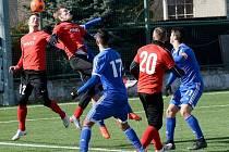 Hodonínští fotbalisté (v červených dresech) prohráli s béčkem olomoucké Sigmy 0:2. Oba góly sobotního utkání vstřelil domácí útočník Jakub Yunis.