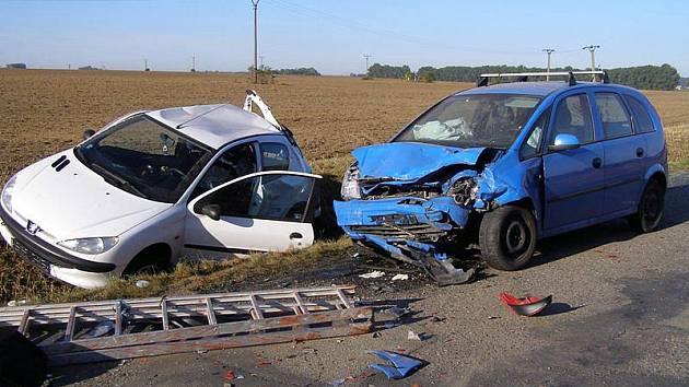 Pětadvacetiletá řidička dnes zemřela po ranní nehodě na silnic mezi Lužicemi a Dolními Bojanovicemi na Hodonínsku.