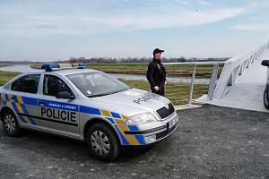 Policie ČR hlídá lávku přes řeku Moravu pro pěší a cyklisty na Slovensko.