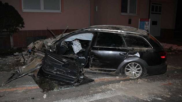Do průjezdu domu narazil ve čtvrtek večer řidič Audi ve Vnorovech, když se předtím v protisměru srazil s jiným autem. Po převozu do nemocnice jednasedmdesátiletý muž zemřel na následky vážného zranění.