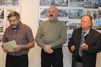 Vernisáž. Karikaturista Jiří Hiršl (vlevo), fotograf Antonín Kučera (uprostřed) a fotograf Antonín Salajka (vpravo).