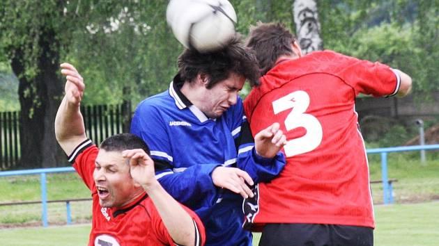 Souboj Vnorov a béčka Ratíškovic přinesl bojovný fotbal s minimem vyložených šancí. Z postupu do finále okresního poháru se nakonec radovali hosté (v červeném).