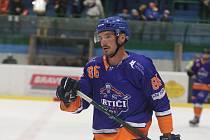 Hodonínští hokejisté (modrooranžové dresy) v 6. kole druhé ligy přivítali Velké Meziříčí.