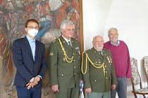 V pátek 21. května se ve slavnostním salonku kyjovské radnice, sešli váleční veteráni a legionáři k převzetí ocenění. Na snímku místostarosta Daniel Čmelík, l.Búžek, J.Kux a  M.Běťák.