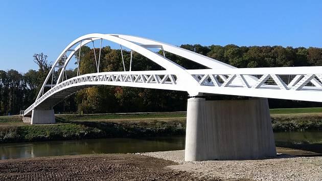 Vývoj stavby lávky přes řeku Moravu mezi moravskými Mikulčicemi a slovenskými Kopčany.