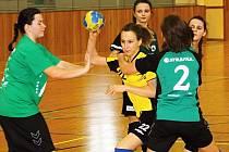 Starší žákyně Hodonína (ve žlutém) vyhrály bez tráty bodu domácí přípravný turnaj.