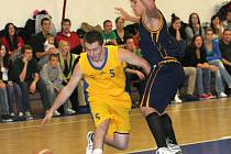 Basketbalisté Jiskry Kyjov (ve žlutém) porazili v úvodním druholigovém zápase Valašské Meziříčí 67:56.