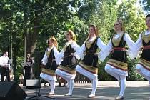 Předpremiérou pořadu Z krajin za obzorem odstartoval jubilejní sedmdesátý ročník Mezinárodního folklorního festivalu Strážnice 2015. Diváci v něm navštívili  nejen Evropu, ale také Latinskou Ameriku, Asii a Afriku.