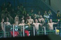 Horkokrevní vsetínští fanoušci při středečním utkání v Hodoníně.