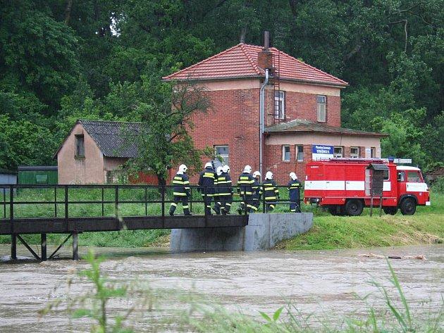 Rozvodněná řeka Velička u Baťova kanálu.