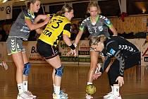 Házenkářky Veselí nad Moravou Zuzana Drotárová (vlevo) a Monika Rajnohová ubránily útok Poruby. Hostující hráčka Dominika Salucká na míč nedosáhla. Vše kontroluje brankářka Brittermu Darina Zvoničová (vpravo).