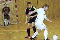 Mezi tradiční futsalové týmy Hodonínska patří Blact Cats (v bílém) a New Stars. Na snímku se snaží Jaroslav Joch přejít přes Lukáše Vavříka (v černém).