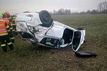 Naštěstí jen s lehkým úrazem vyvázl řidič osobního auta, které havarovalo v sobotu brzy odpoledne mezi Tvarožnou Lhotou a Kněždubem.