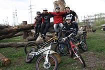 Pětice závodníků AMK Mladost Hodonín zahájila ve zmodernizovaném bikeparku novou sezonu.