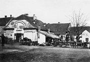 R. 1880 a zem udusaná vedle Masných krámů (dnes je tady radnice).