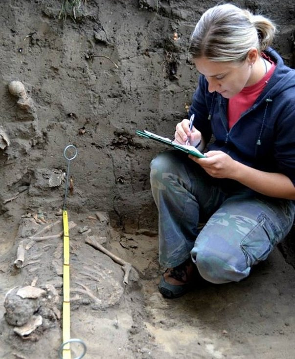 Archeologové hodonínského muzea při výzkumu mikulčického kostela narazili na několik unikátních nálezů.