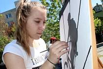 Vlastní fantazii a zkušenosti měli za úkol zapojit studenti, kteří se zúčastnili sedmého ročníku Výtvarného sympozia Kroky k umění.