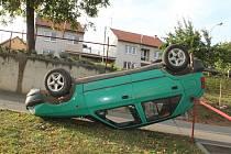 Havárie čtyřiačtyřicetiletého řidiče Škody Felicie v Násedlovicích.