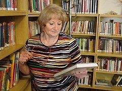 Věra Pulerová začala po šedesátce nový život na Moravě. V Mouchnicích se stala knihovnicí a kronikářkou.