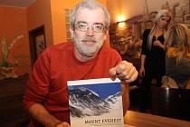 Holíčský horolezec Vladimír Štrba v hodonínské restauraci Armia.
