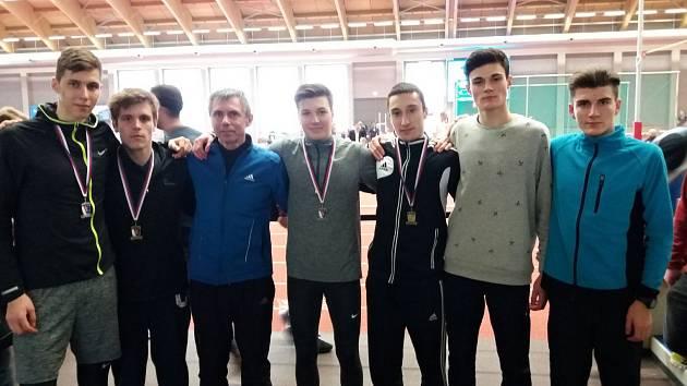 Úspěšní hodonínští atleti pózují ve vítkovické hale s trenérem Antonínem Slezákem. Foto: AK Hodonín