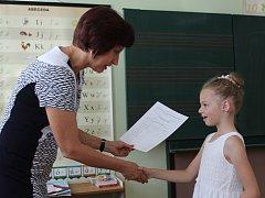 Žáci třídy 1.C hodonínské školy U Červených domků dostali své první vysvědčení. Foto: Denik/Kateřina Helešicová