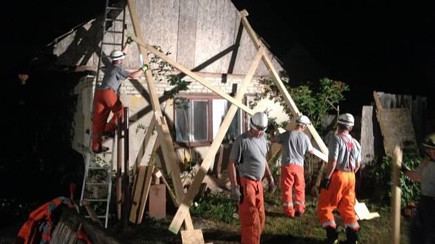 Rozpadající se rodinný dům v Mikulčicích museli v úterý ve večerních hodinách zajistit hasiči.