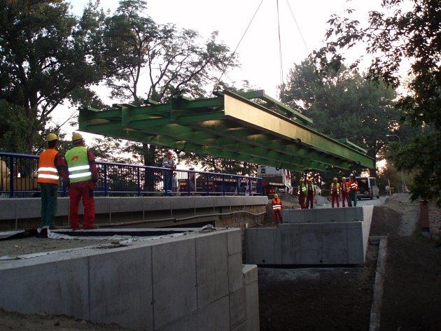 V sobotu ráno dosedla na mostní opěry ocelová konstrukce lávky přes Kyjovku na cyklostezce z Hodonína do Lužic.