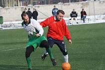 Útočník Vacenovic Miroslav Novotný (v červeném) poslal Mogul v prvním poločase do vedení. Agro ale ještě před půlí srovnalo na konečných 1:1.