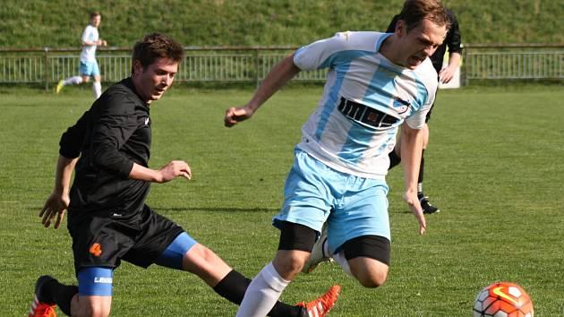Veselský útočník Lukáš Kučera (vpravo) se proti vedoucím Bučovicím střelecky neprosadil, domácí tým přesto jasně vyhrál 5:1.