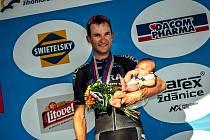 Cyklista Jan Bárta (na snímku) si na pódium před hodonínskou radnicí s sebou vzal dvouměsíčního syna Tomáše.