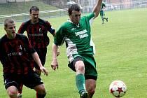 Obránci Velké Petr Valášek s Petrem Horákem (vlevo) nedokázali bzeneckého kanonýra Petra Kasalu (v zeleném) uhlídat. Slovan v dešti vyhrál 3:0.