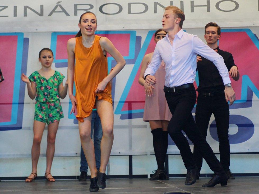 Šestnáct tanečních souborů se představilo na pódiu před hodonínským zimním stadionem. Uskutečnil se tam Den tance 2017.