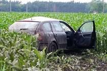 Osobní auto skončilo po střetu s náklaďákem v poli. Pro vážně zraněnou ženu přiletěl vrtulník.