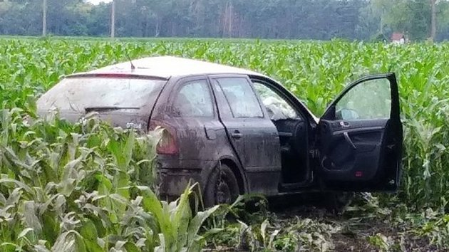 Náklaďák vyjel z vedlejší a odmrštil auto do pole. Řidička je těžce zraněná