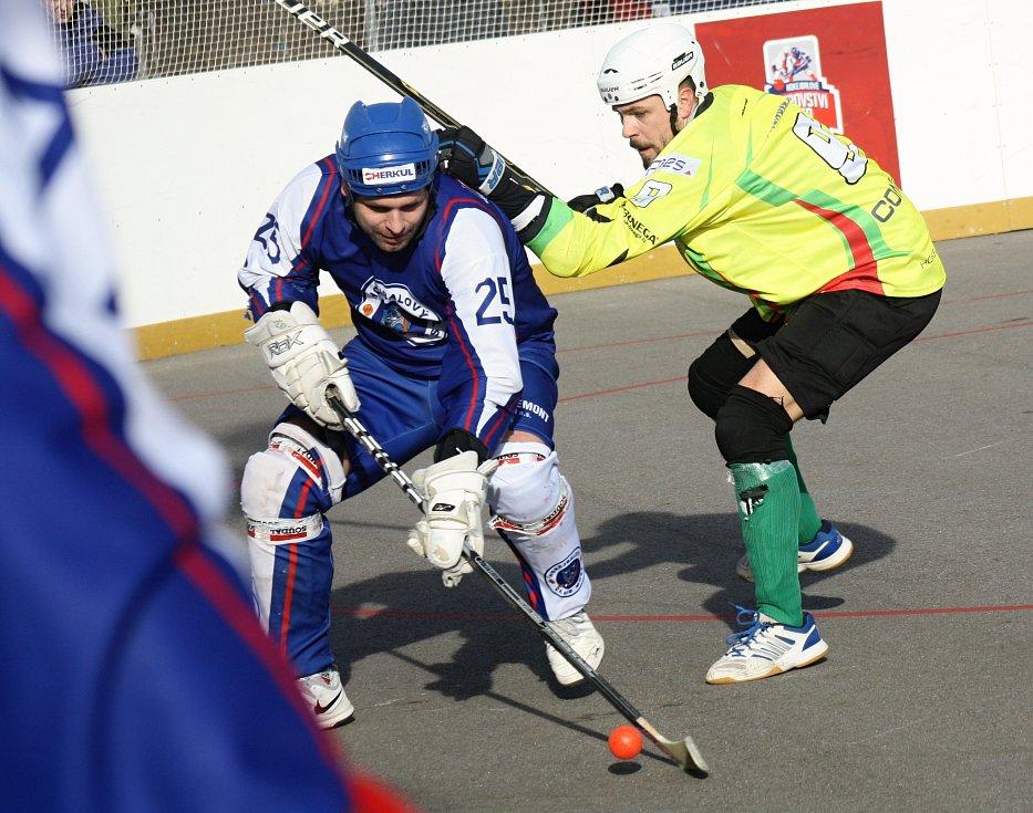 Sudoměřičtí hokejbalisté (ve žlutých dresech) nezvládli domácí duel s posledním Mostem, kterému v extraligovému dohrávce podlehli 3:7 a v tabulce zůstali devátí.