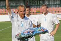 Pětatřicetiletý fotbalista Pavel Němčický dostal před pátečním utkáním s Ivančicemi od manažera mutěnického klubu Svatopluka Němce dárkový koš. Bývalý ligový hráč Slovácka v Mutěnicích po třech letech skončil.
