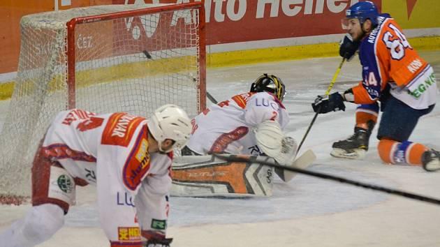 Hodonínský útočník Michal Kuba střílí jeden ze svých gólů do sítě Poruby. Drtičům po porážce 2:3 sezona skončila.