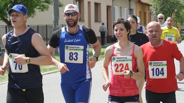 Irena Pospíšilová a Lukáš Kučera obhájili loňské prvenství na třiadvacátém ročníku Rohatecké desítky. Rozhodčí ve všech kategoriích zaznamenali 439 startujících.
