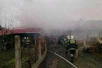 Pět jednotek hasičů zalarmoval požár hospodářského stavení v Bzenci.