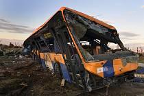 Převrácený autobus za obcí Lužice na Hodonínsku 26. června 2021po čtvrteční silné bouři, krupobití a tornádu.