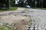 Chodníky a silnice v Jánošíkově ulici v Hodoníně před opravami.