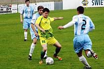 Útočník Mutěnic Radim Holešinský (u míče) to měl proti pozorné obraně Rajhradu složité. Mladý forvard nakonec zařídil v 79. minutě vyrovnávací gól.