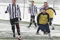 Duel Vacenovic (ve žlutém) se Bzencem na zimním turnaji v Mutěnicích
