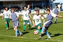 Záložník Petr Eliáš právě střílí druhý gól Vracova. Domácí tým nakonec porazil Rousínov 3:1.